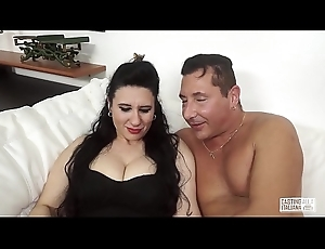 Lob ALLA ITALIANA - Mature Italian lady gets the brush cunt fucked in audition