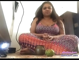 Indian aunty exhibiting a resemblance pussy and bigboobs